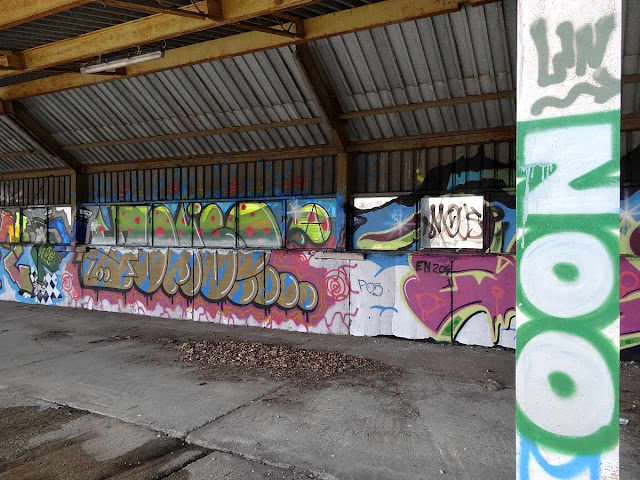 Graffiti na peronach dawnego dworca Głównego w Warszawie