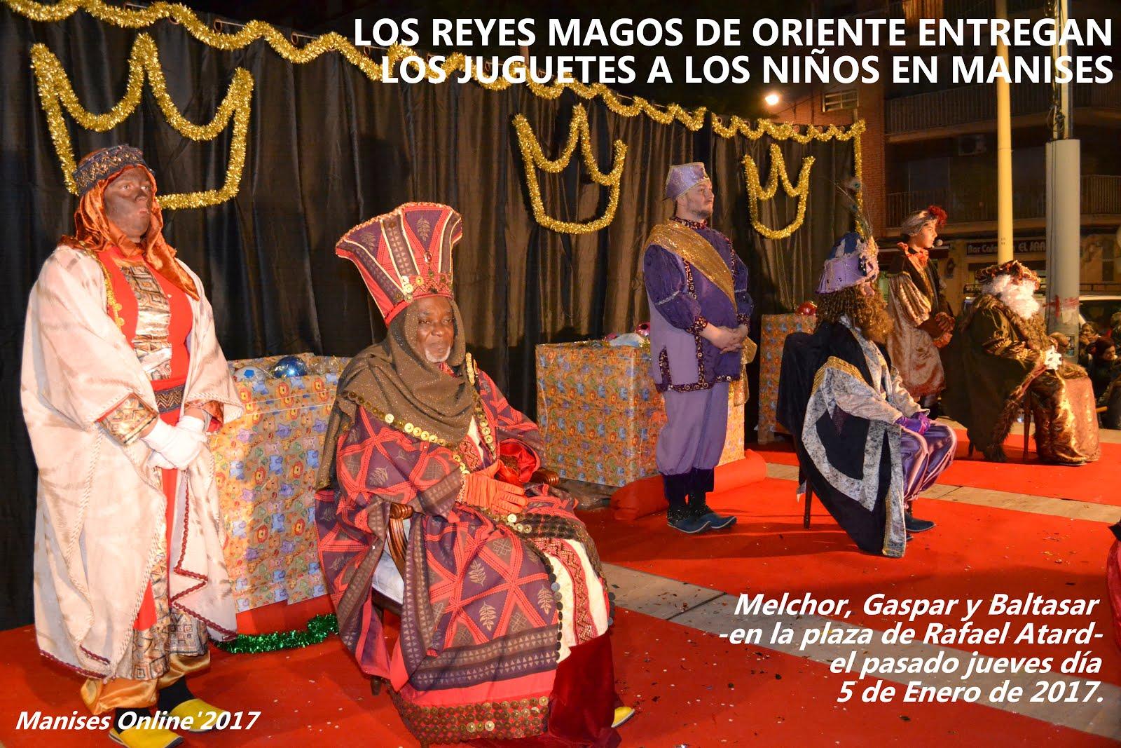 05.01.17 LOS REYES MAGOS MELCHOR, GASPAR Y BALTA- SAR ENTREGAN LOS JUGUE-TES A LOS NIÑOS EN MANISES