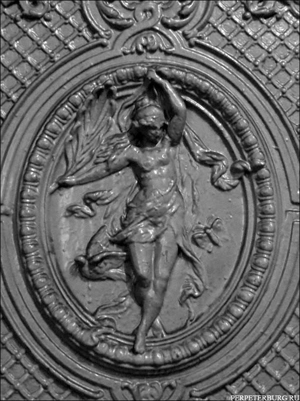 Камин в старинной парадной Санкт-Петербурга