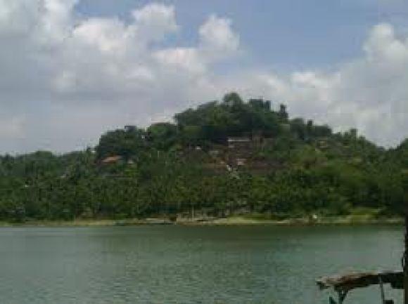 orang di Gunung Kemukus, Sragen, Jawa Tengah. Untuk mendapatkan