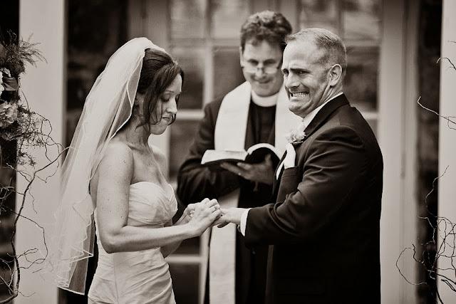 жених делает недовольное лицо когда ему одевает невеста кольцо