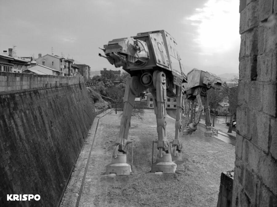 imagen en blanco y negro de dos ATAT de Star Wars junto a la muralla de Hondarribia