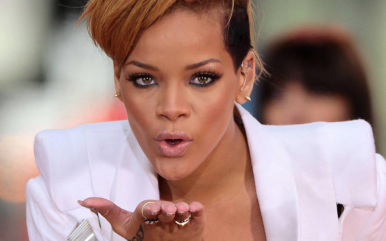 http://2.bp.blogspot.com/-b4CVU3jxbRk/TyabWBik9OI/AAAAAAAAC2o/1QjGfHLt4Y8/s1600/Rihanna-Wallpapers-Widescreen-1.jpg