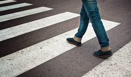دراسة: طريقة المشي تؤثر على مظهر الشخص - رجل يمشى - man walking