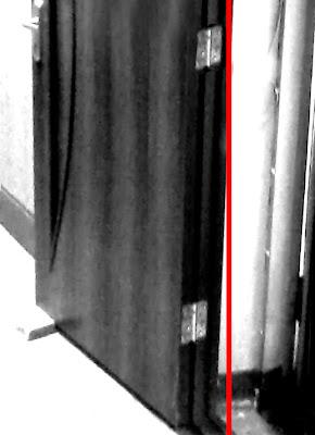 Дверь сама закрывается что делать 186