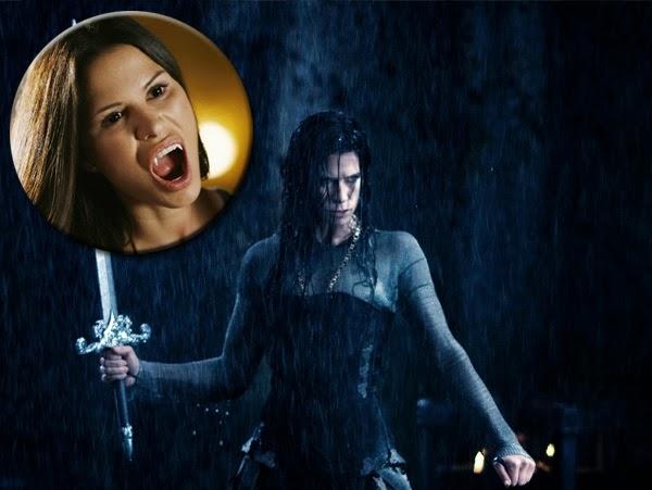 "Rhona Mitra es (Sonja en Underworld: Rise of the Lycans y Claire Radcliffen ""The Gates"")"