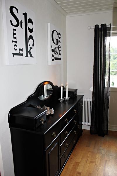 hallen före renovering, bilder på före och efter renovering, renovera hall,, vita väggar, lägga ny parkett, vit parkett, tavlor med text, stockholm, göteborg, svarta och vita tavlor,