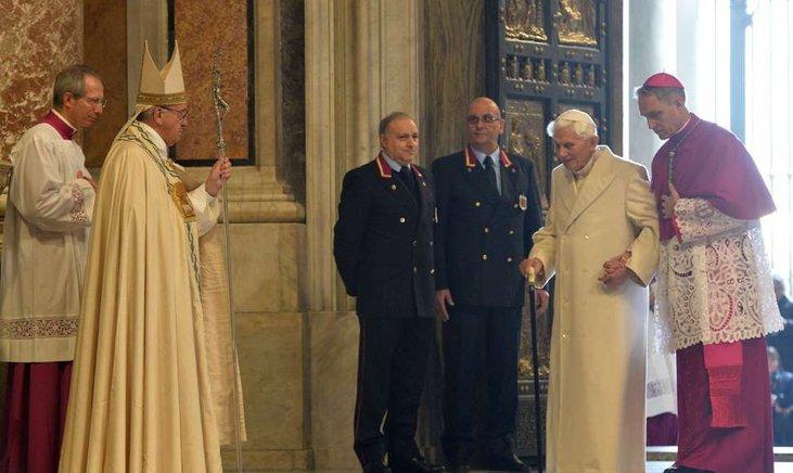 Papa Benedicto atraviesa la Puerta de la Misericordia