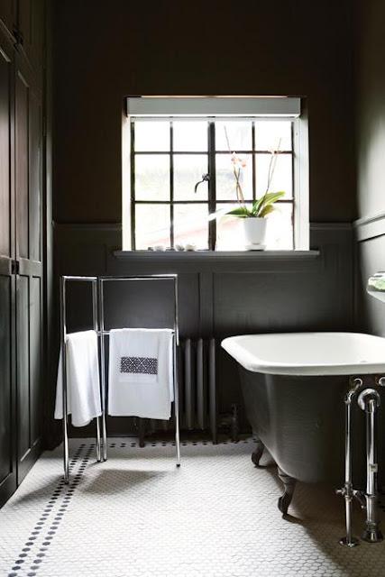 Baños Elegantes Blancos:Bathroom with Black Walls