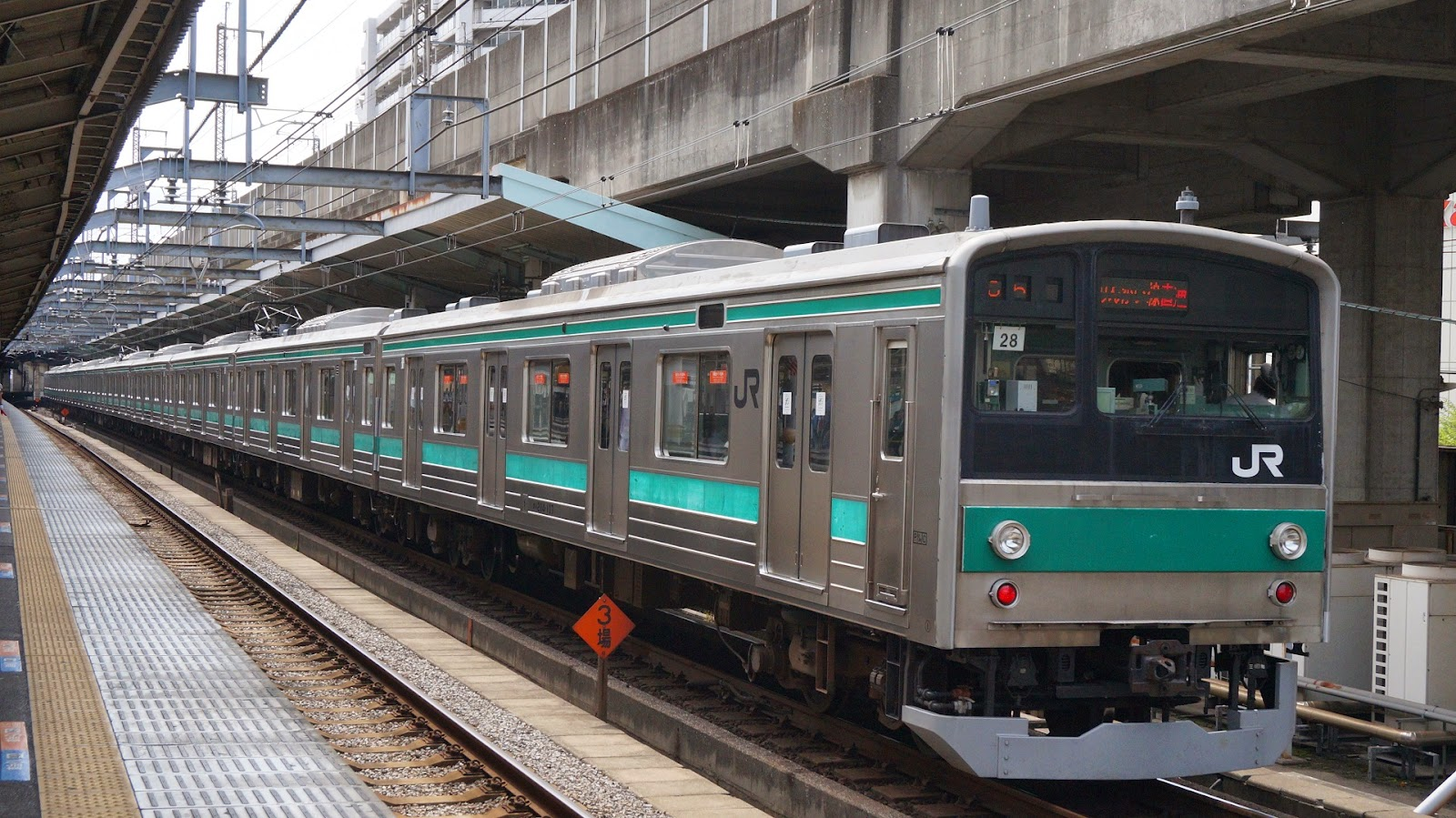 埼京線赤羽駅に到着する205系電車