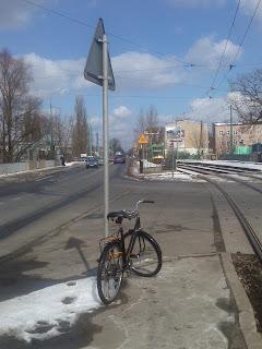 rower przypięty do słupa (znaku drogowego)