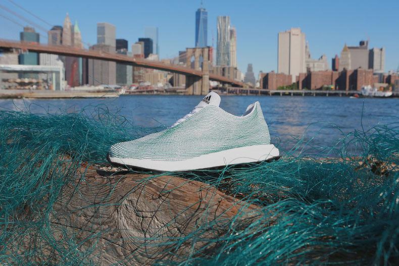 Nuevas zapatillas de deporte de Adidas hecho literalmente con desechos del Océano