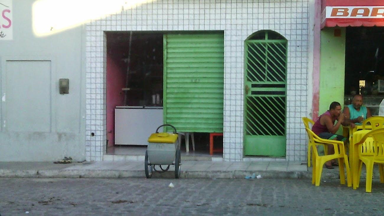 sala de aula da Rª Coronel Melinho pertencente à escola José Benício Filho,  localizada ao lado de um bar, a entrada é nesta porta estreita, os alunos estudam nos fundos a ventilação e circulação de ar é prejudicada.