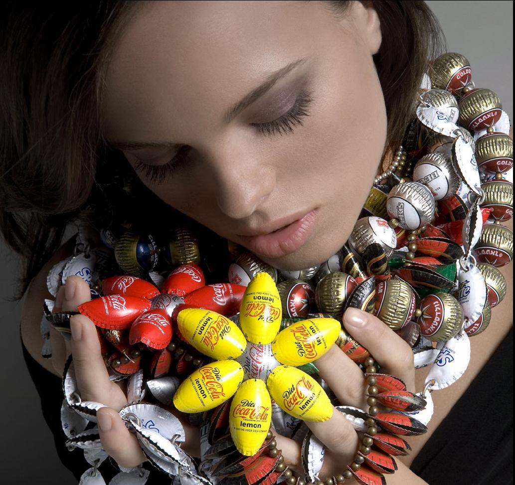 http://2.bp.blogspot.com/-b6popv-qYuo/TiQWMqhxK4I/AAAAAAAAEtY/wL8PjNTbFnk/s1600/bottle%2Bcaps%2Bjewelry%2BDesigns.JPG