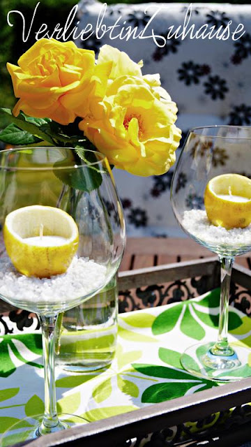 Eine ausgehölte Zitrone als Kerzenhalter in einem Rotweinglas, das ist praktisch und hübsch zugleich