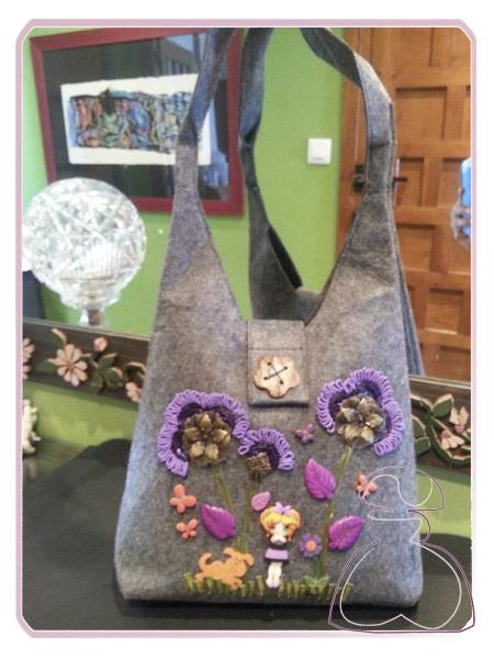 Bolso de fieltro, tono gris, colección Otoño 2013 realizado por Sylvia López Morant.