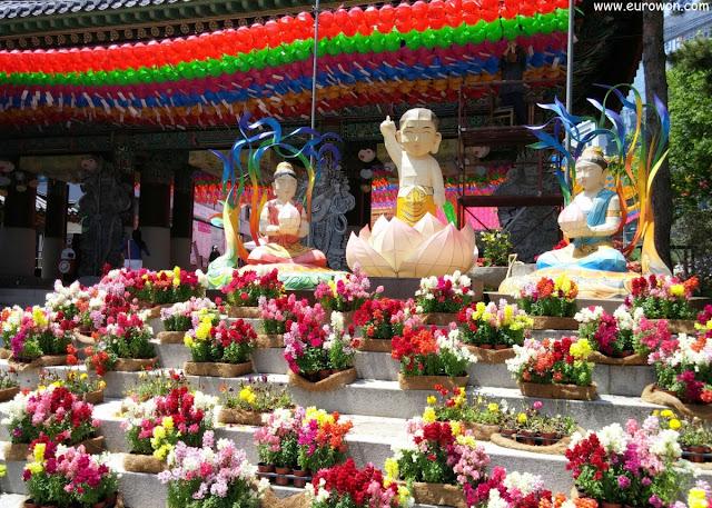 Entrada del templo budista Jogyesa de Seúl con faroles de Buda