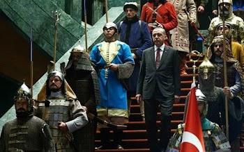 «ΤΗΝ… ΨΩΝΙΣΕ» Ο ΣΟΥΛΤΑΝΟΣ ! Δείτε πως έντυσε τη φρουρά του o Ερντογάν