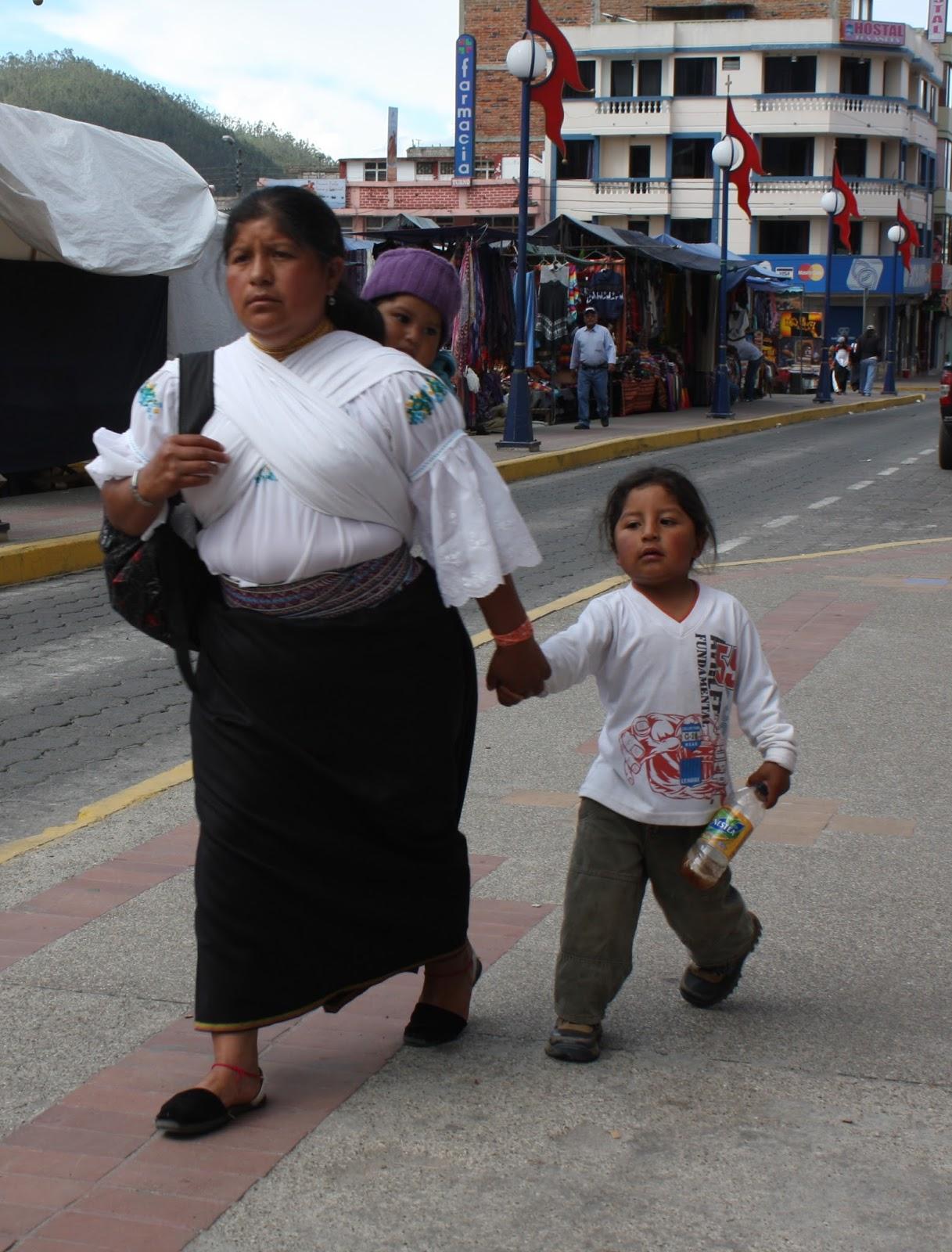 Dos fotos de mujeres indígenas de Otavalo