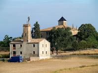 El Pou de la Moretona i al seu darrere la masia de La Moretona