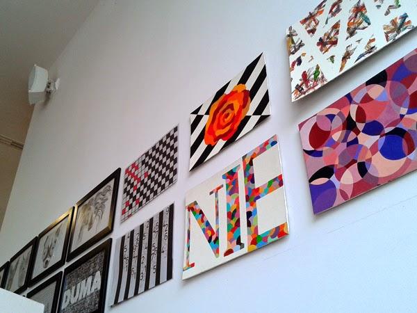 Malowane kolorowe grafiki wiszące na ścianie