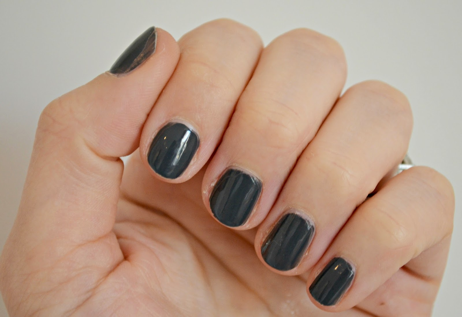 Bourjois Grey To Meet You nails