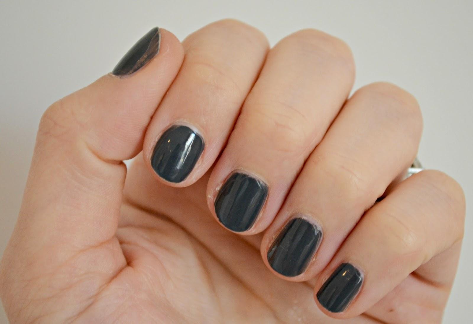 Bourjois Grey To Meet You nails
