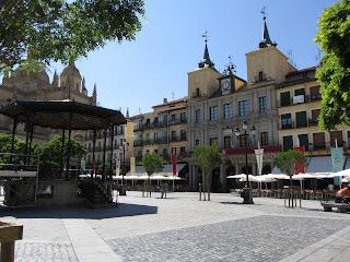 Plaza Mayor de Segovia con su característico quiosco en medio de la plaza.