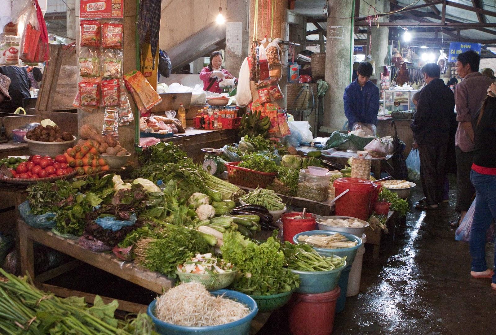 Лоток с овощами на вьетнамском рынке.