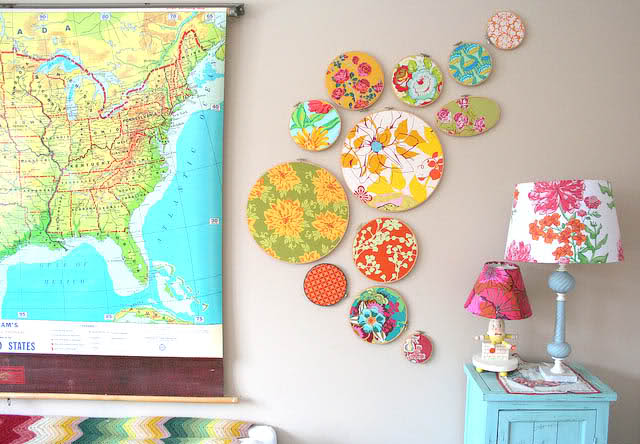 this embroidery hoop art is so simple, just grab a collection of your favorite fabrics and different size hoops for an amazing gallery style wall
