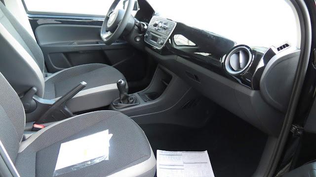 Volkswagen up! 2016 - Preto - High-up - espaço dianteiro