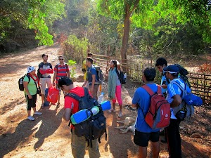 Intro! session before starting second day hike