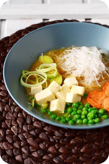 Miso-Suppe mit Gemüse, Glasnudeln und Seidentofu