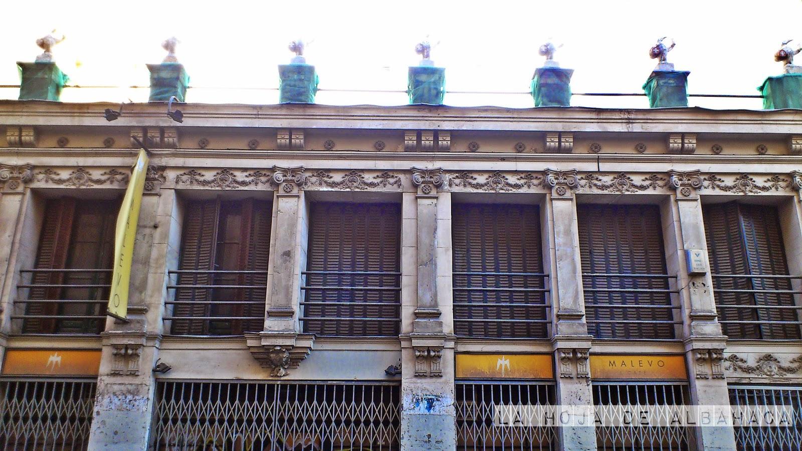 Madrid, calle Fernando VI, pingüinos, Cruz blanca, Cerveceriá Santa Barbara, Malevo, arquitectura
