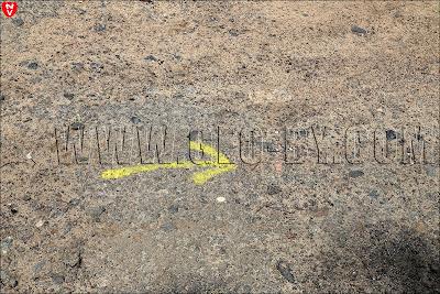 Поворот на Ливье. Какие-то желтые стрелки на асфальте