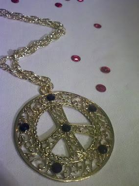 Collar de la paz dorada con piedras negras