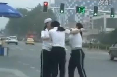 Γυναίκες τροχονόμοι μαλλιοτραβήχτηκαν στη μέση του δρόμου