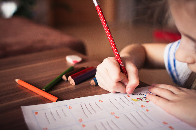 Kind macht Schulaufgaben