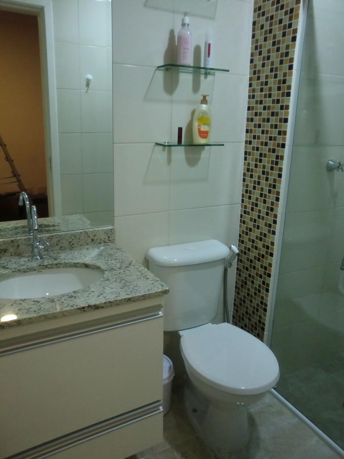 Casa e Reforma Visita  Apartamento novo dos nossos amigos  Casa e Reforma -> Banheiro Com Faixa De Pastilha Atras Do Vaso