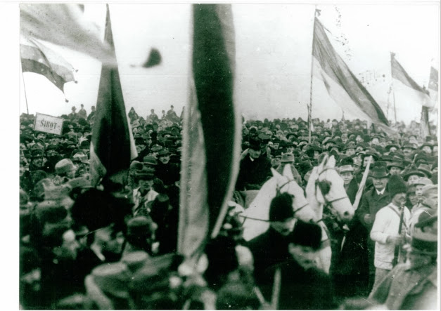 "Multimea cantand ""Desteapta-te Romane"" in Alba Iulia 1918"