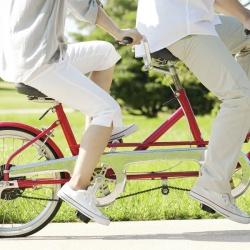 couple en vélo sur un tandem