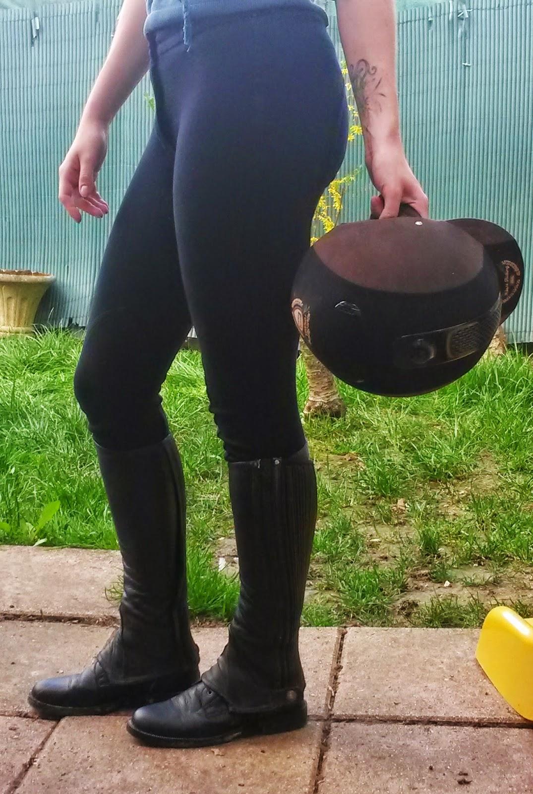 Pantalon d'équitation Fouganza, bottines lacées Fouganza, bombe Fouganza.