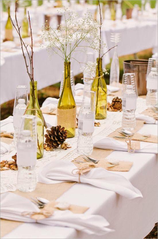 en las bodas al aire libre con mesas alargadas los centros de mesa hechos con botellas quedan genial tal y como podemos ver en la fotografa