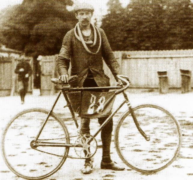 Julien Lootens i rower, na którym wystartował w Tour de France w 1903 r.