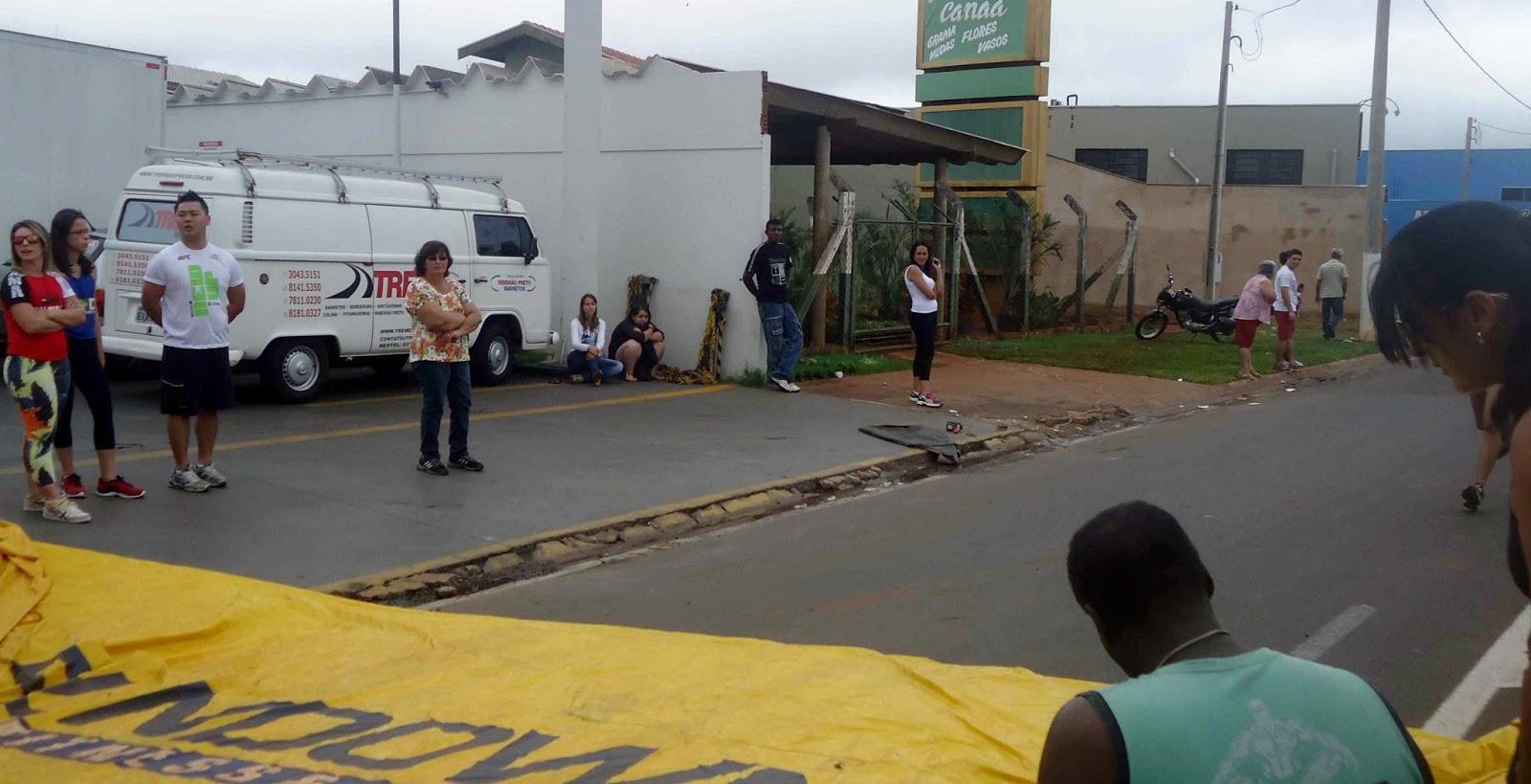 Foto 68 da 1ª Corrida Av. dos Coqueiros em Barretos-SP 14/04/2013 – Atletas cruzando a linha de chegada