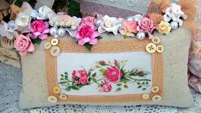 Almofada com rosas cor de rosa