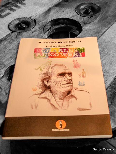 Solo con todo el mundo, Charles Bukowski, Postales Japonesas Editora, 2017