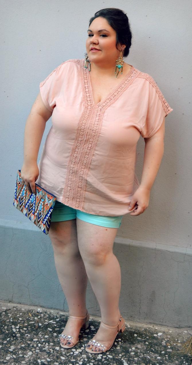 outfit plus size con shorts e tunica crochet pastello