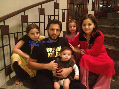 Shahid Afridi with his four angels, Aqsa, Ansha, Ajwa & Asmara. :) Masha Allah - Pakistan Celebrities