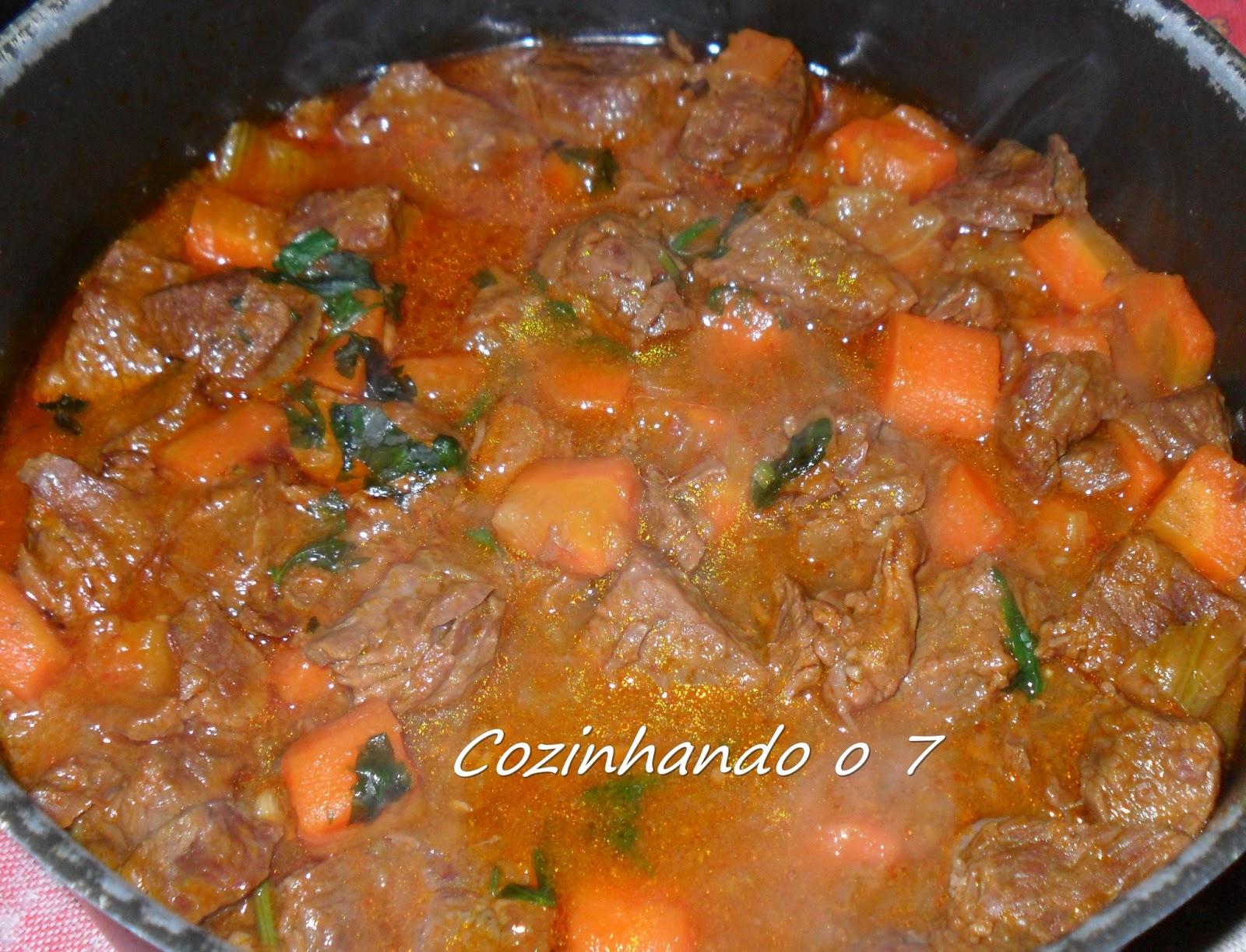 Cozinhando o 7: <b>Ensopado</b> de <b>Carne</b> com <b>Cenoura</b> na Panela de Pressão 2014